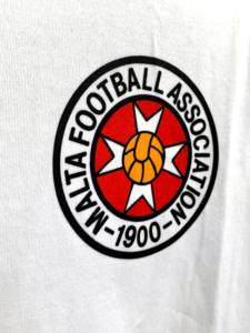 1994-95マルタ代表チームのアウェイユニフォームエンブレム