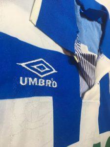 1992-93ディポルティボ・ラ・コルーニャのホームユニフォーム襟元詳細