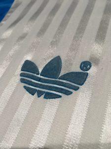 オリンピック・マルセイユ1990-91ホームユニフォームのアディダスロゴ