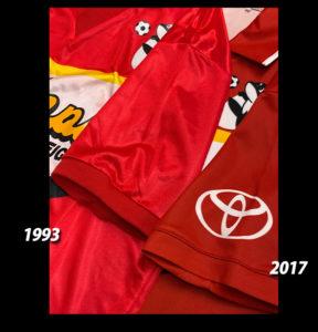 1993年と2017年名古屋グランパスクラブ創立25周年記念復刻ユニフォームの袖の比較
