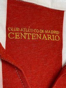 アトレティコ・マドリードの2003-04の100周年記念ユニフォームの襟裏の刺繍
