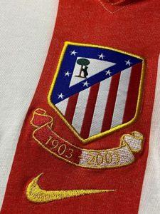 アトレティコ・マドリードの2003-04の100周年記念ユニフォームの記念刺繍