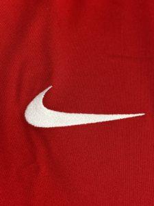 2020-21ナイキのリバプールホームユニフォームのナイキロゴ